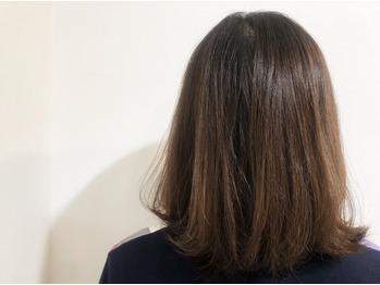 毛先が退色してパサッと傷んでしまっている髪